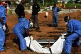 Funcionários da Cruz Vermelha enterram corpo de vítima do vírus ebola, em Serra Leoa