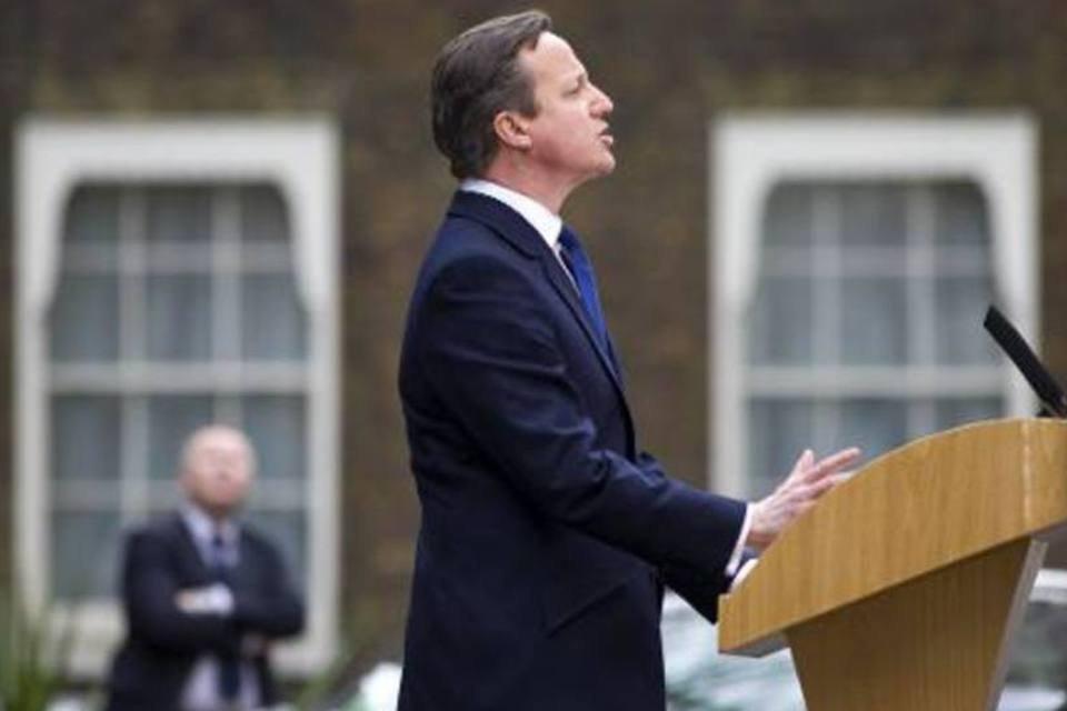 Cameron discursa em Downing Street após a audiência com a rainha