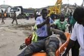 Homem ferido é retirado dos escombros de prédio que desabou na cidade de Acra, em Gana