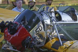 Os destroços do avião onde estava Harrison Ford, após queda em campo de golfe