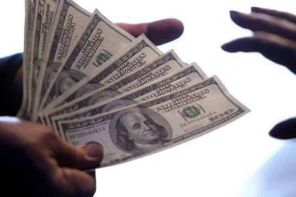 Dólar cai, mas declínio perde fôlego com Fed   Exame