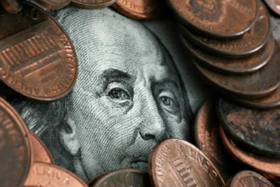 Moedas sobre nota de dólar