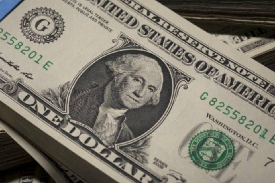 Dinheiro: pilhas de notas de dólar