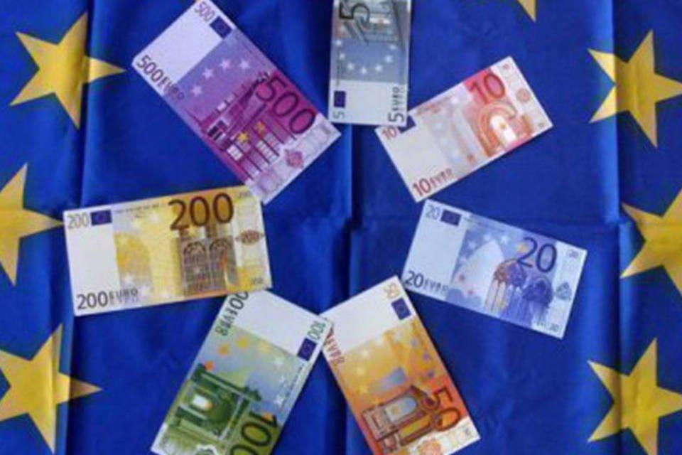 Notas de euro sobre uma bandeira da União Europeia