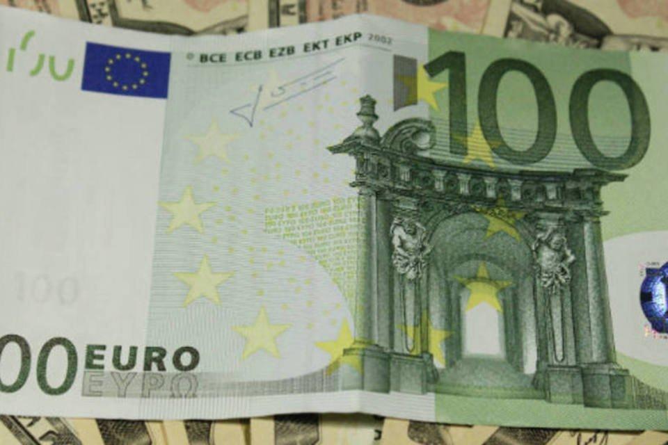 Nota de Euro sobre notas de dólar -dinheiro