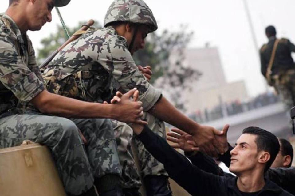 Soldados e civis confraternizando no Cairo, capital do Egito