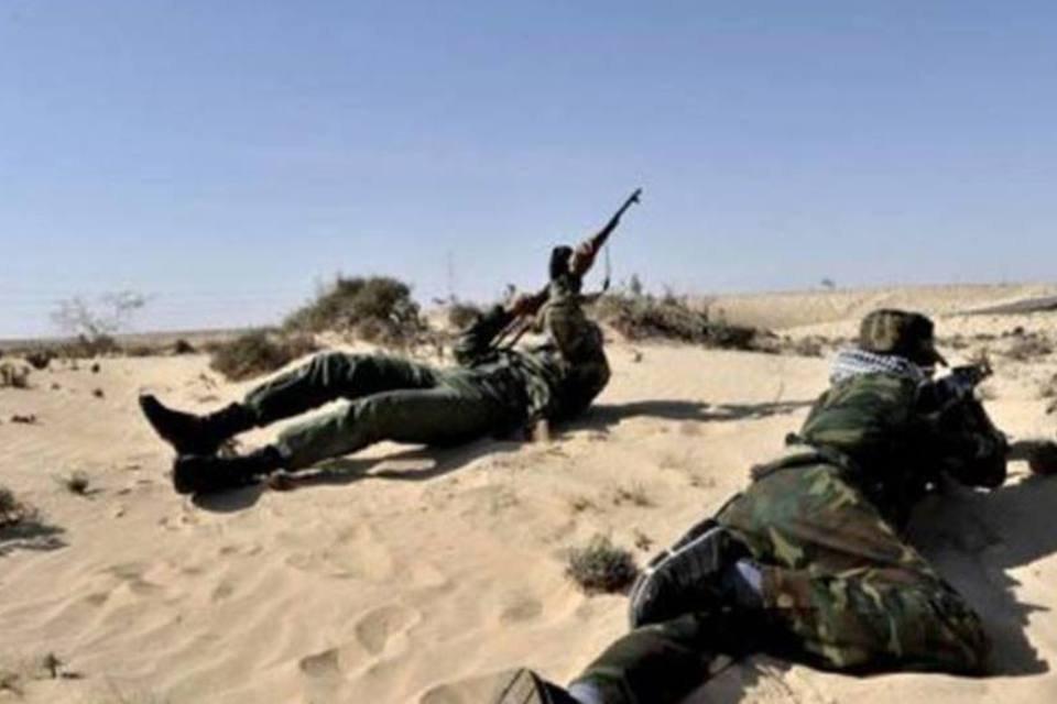 Rebeldes líbios perto de Brega