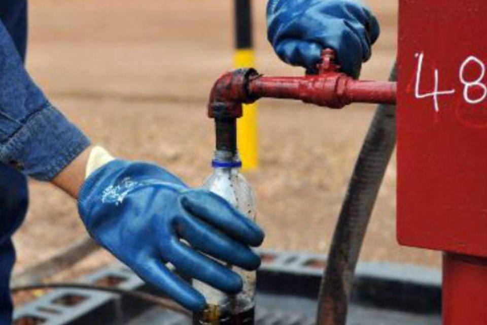 Engenheiro de empresa de exploração de petróleo coleta uma amostra