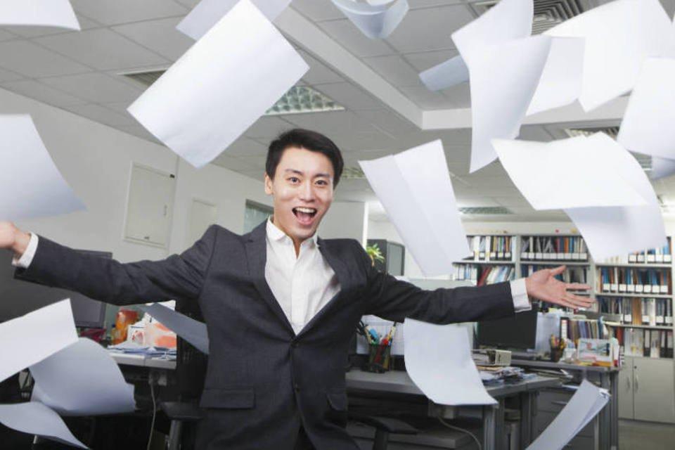 Funcionário joga papéis para o ar, feliz: demissão, desistindo do emprego