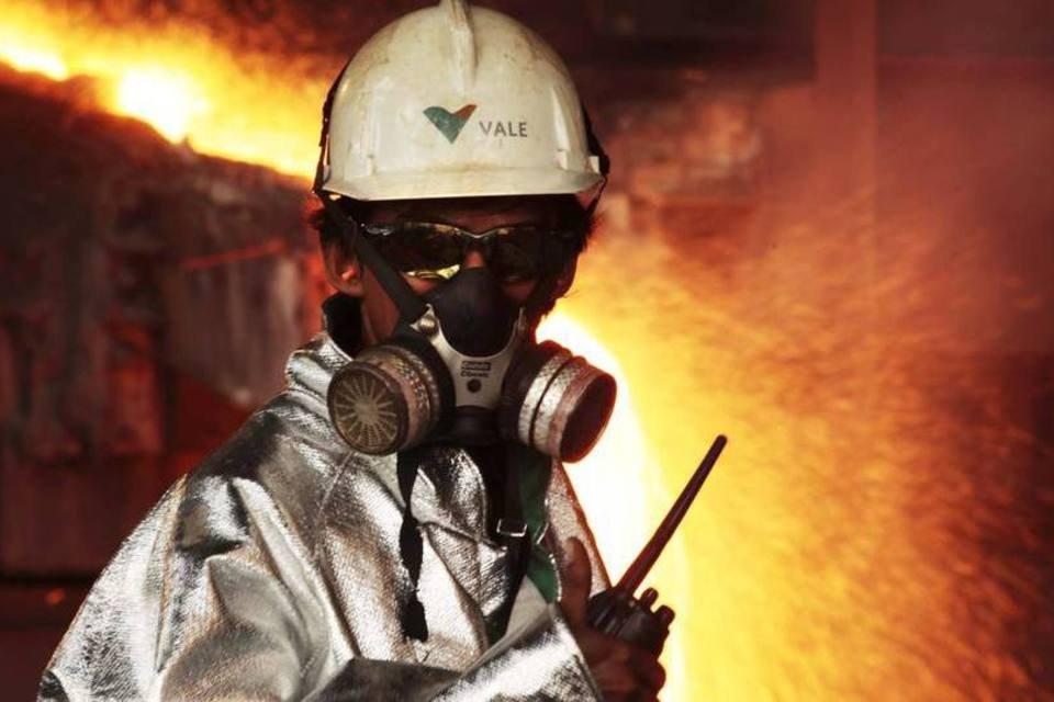 Um funcionário monitora o processo de fundição de níquel em uma instalação da Vale