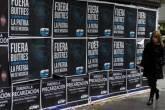 """Mulher passa por cartazes contra os """"Fundos Abutres"""" em Buenos Aires, Argentina, dia 04/10/2014"""