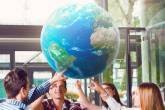 jovens tocam globo terrestre