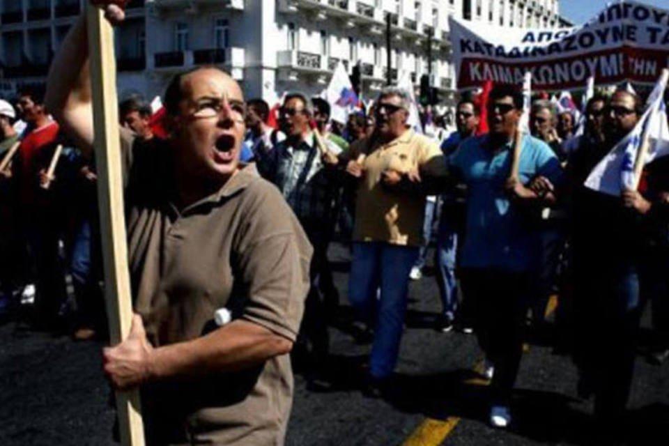 Manifestante marcha na quarta greve da Grécia