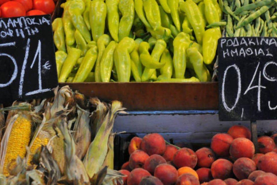 Comércio: alimentos à venda em feira livre da Grécia