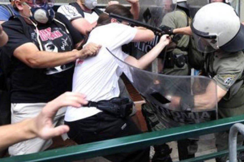 Manifestantes e policiais se agridem durante manifestação grega