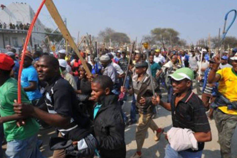 Grevistas protestam em 13 de setembro em uma mina de Rustenurg, na África do Sul