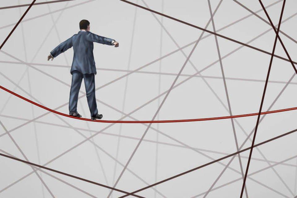Homem se equilibra e corre riscos