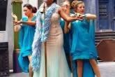 Atriz interpreta cantora Celestina Warbeck em apresentação no The Wizarding World of Harry Potter, parque temático em Orlando