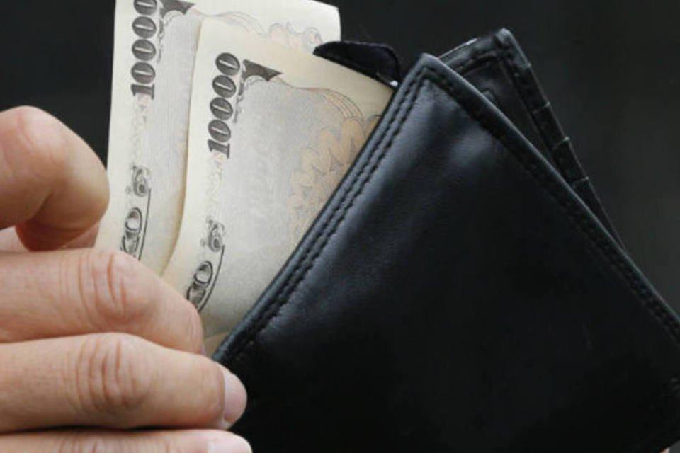 Japonês retira notas de Iene da carteira