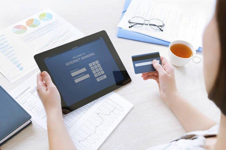Mulher consulta internet banking