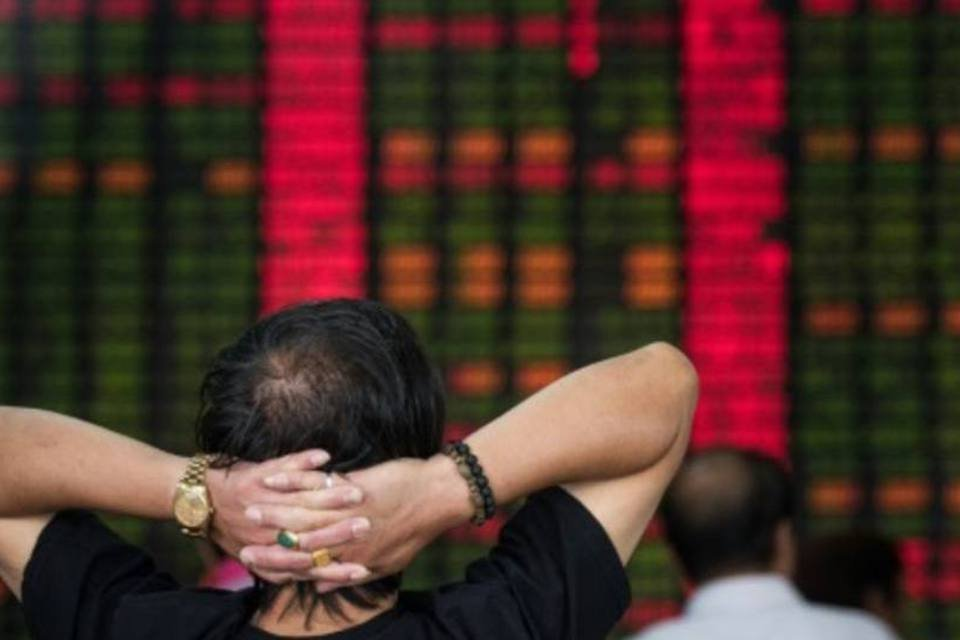 Investidor acompanha em Xangai o desempenho dos mercados