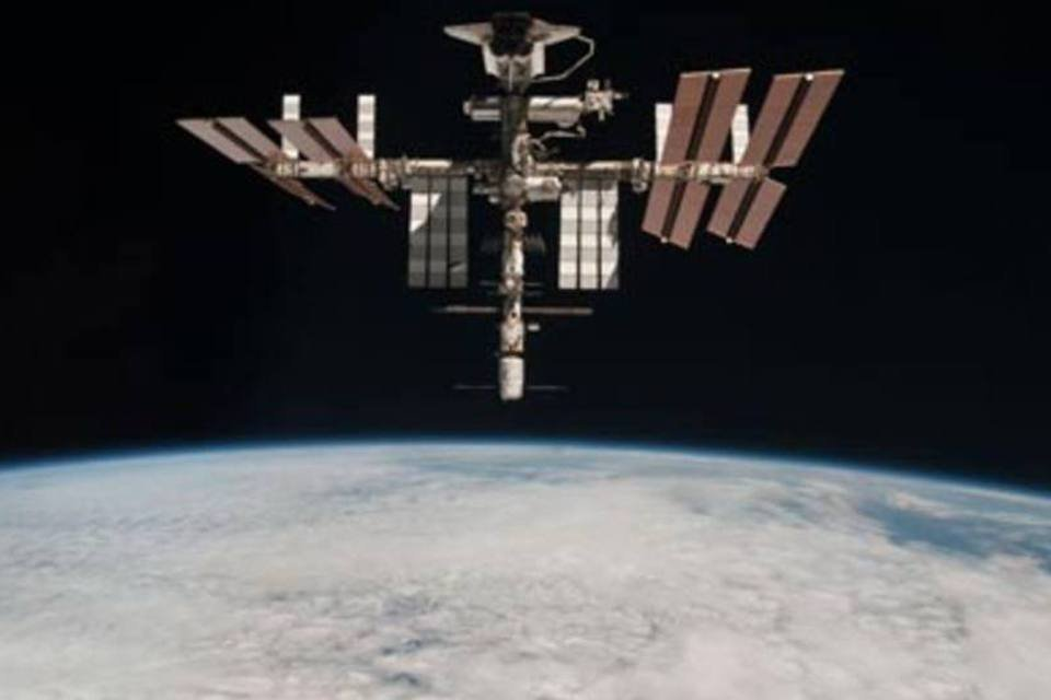 Imagem do ônibus espacial Endeavour acoplado na Estação Espacial Internacional