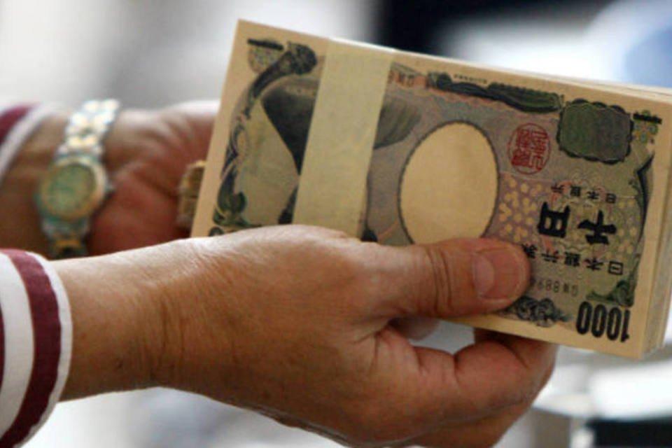 Economia no Japão: :avanço ficou levemente acima da mediana de estimativas para um crescimento de 0,4 por centofuncionária de loja segura notas de Iene