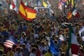 Pessoas de diversas nacionalidades se despedem do papa em Madri