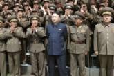 Líder norte-coreano Kim Jong-un (C) posa com soldados da Unidade 405 do Exército Popular da Coreia