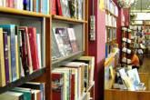 Livros em estante de livraria