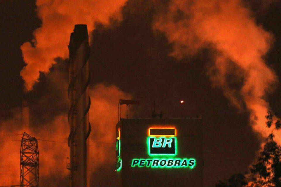 Logotipo da Petrobras visto em refinaria em Cubatão