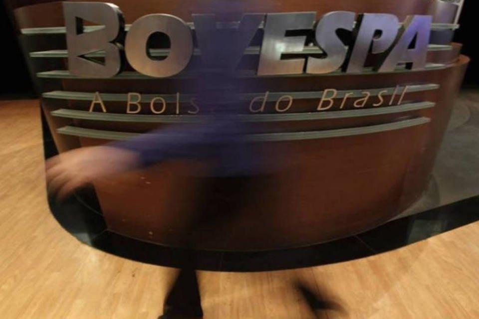 Mulher passa em frente a logotipo da Bovespa