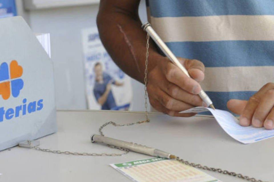 Apostador preenche Mega-Sena em uma casa lotérica