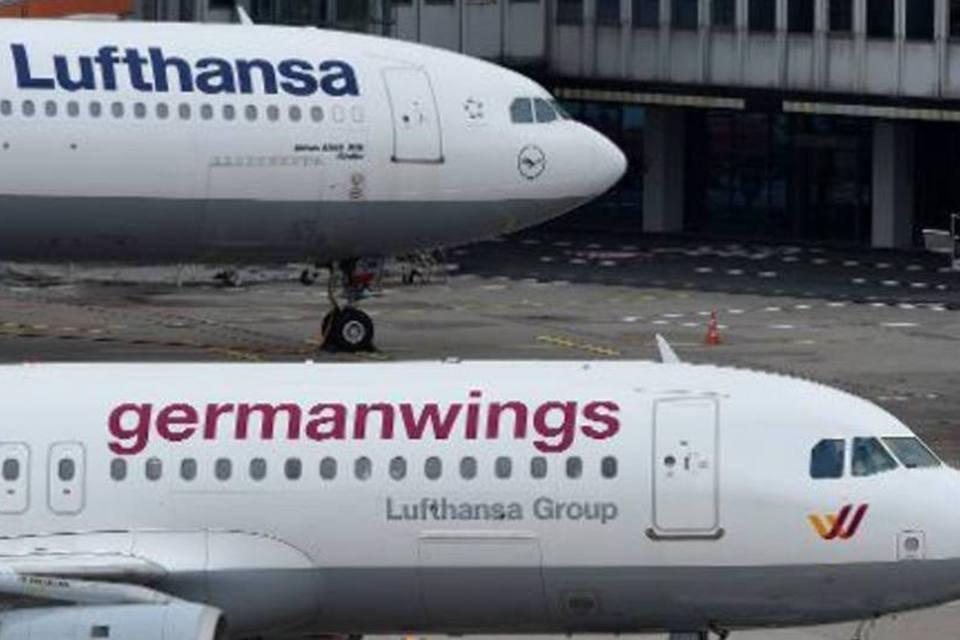 Aviões da Lufthansa e Germanwings estacionados no aeroporto de Dusseldorf