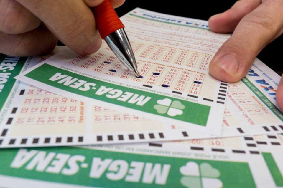 Loteria: pessoa preenche cartelas da Mega-sena