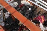 Roupas descartadas num barco que transportou imigrantes para a Indonésia