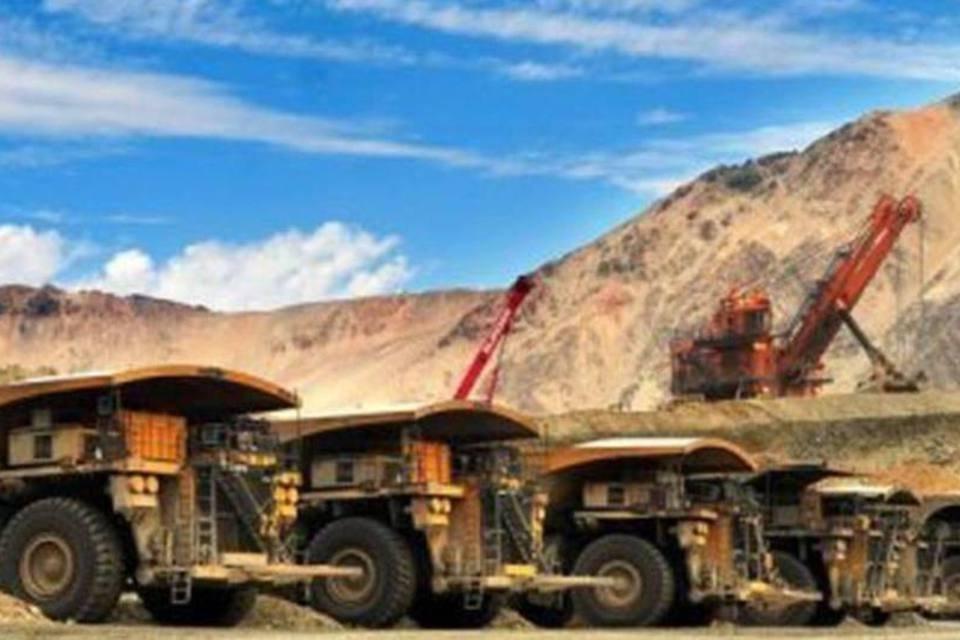 Caminhões em mina de Cobre da Anglo American no Chile