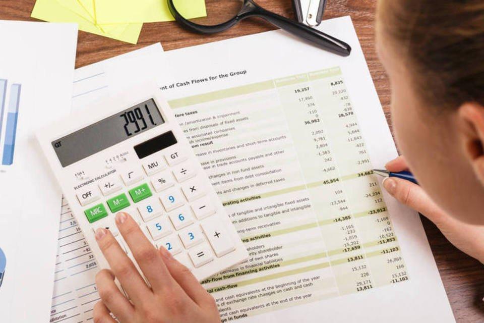 Mulher jovem calcula orçamento