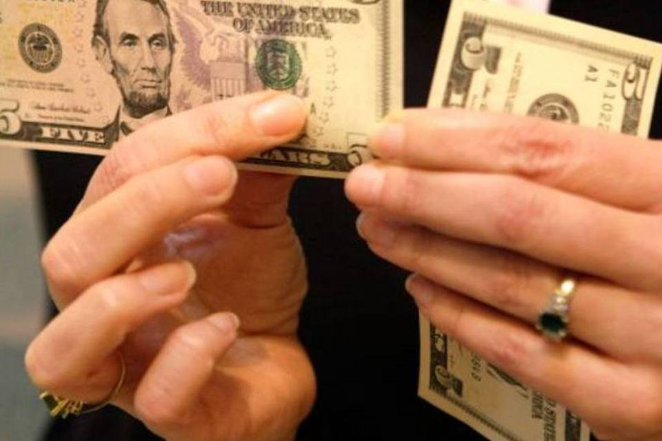 Notas de dólar sendo manuseadas
