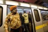 Pessoas no metrô superlotado de Nova Déli, na Índia