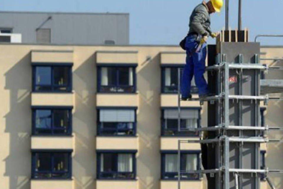 Operário trabalha em construção na cidade de Essen, oeste da Alemanha