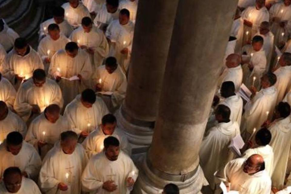 Padres assistem a uma missa na Basílica do Santo Sepulcro, em Jerusalém