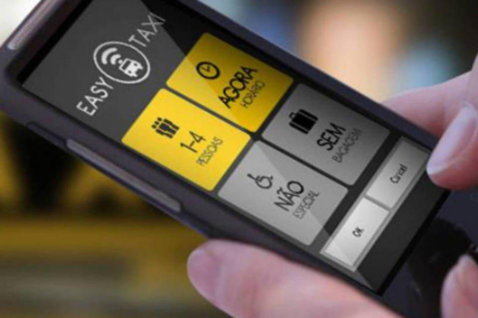Pessoa usa o aplicativo Easy Taxi no smartphone