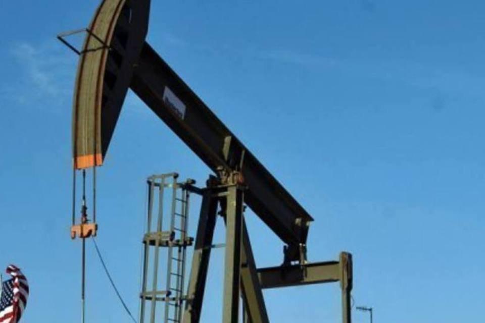 Vista de uma plataforma de petróleo em Novo México, nos Estados Unidos