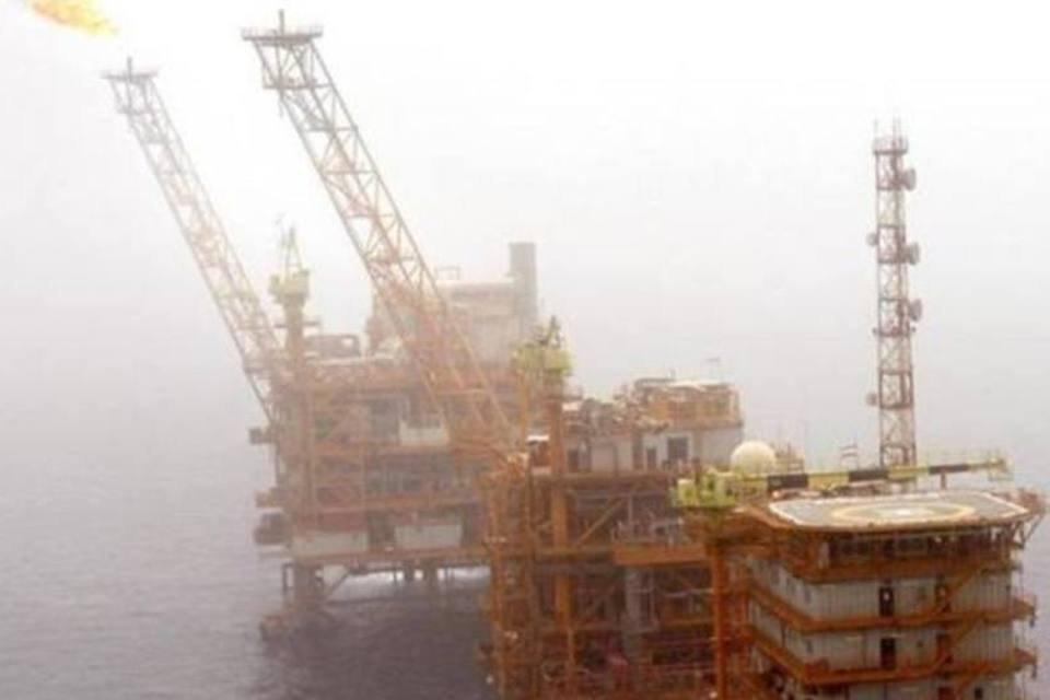 Gás queima em uma plataforma de produção de petróleo nos campos de Soroush no Golfo Pérsico, 1250 km ao sul de Teerã