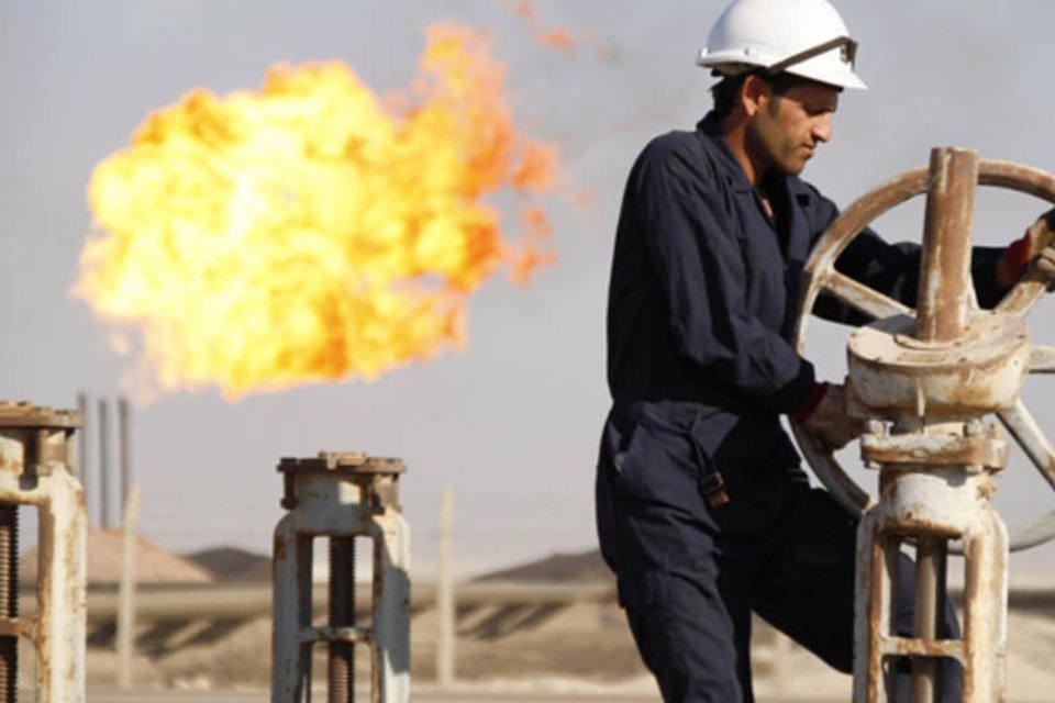 homem em refinaria de petróleo