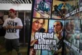 """Homem perto de um painel do jogo """"Grand Theft Auto V"""""""