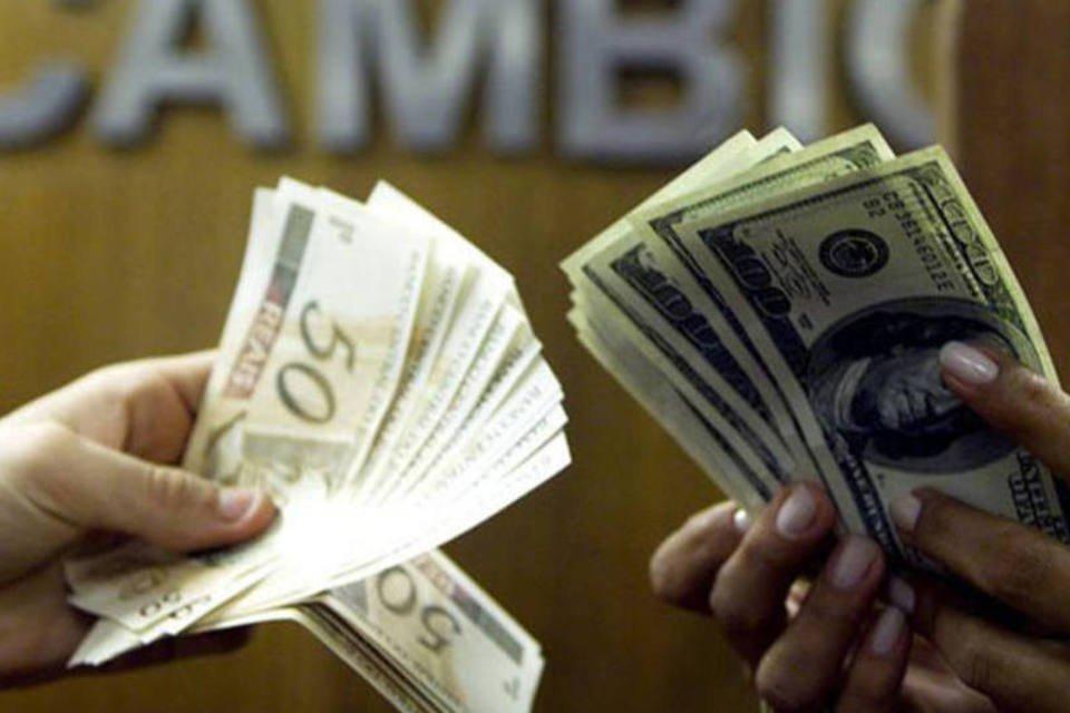 Troca reais por dólares em casa de câmbio