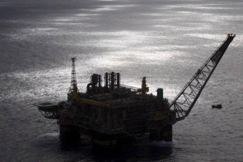 Plataforma de exploração de petróleo na Bacia de Campos, próximo da costa do Rio de Janeiro