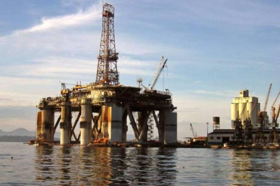 Plataforma de petróleo no porto de Angra